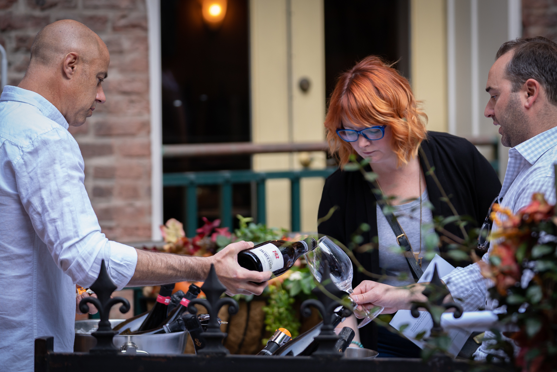 Vinmarket – Matt pouring Jacquesson