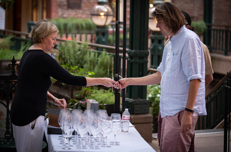 Vinmarket – Rochelle giving man ticket