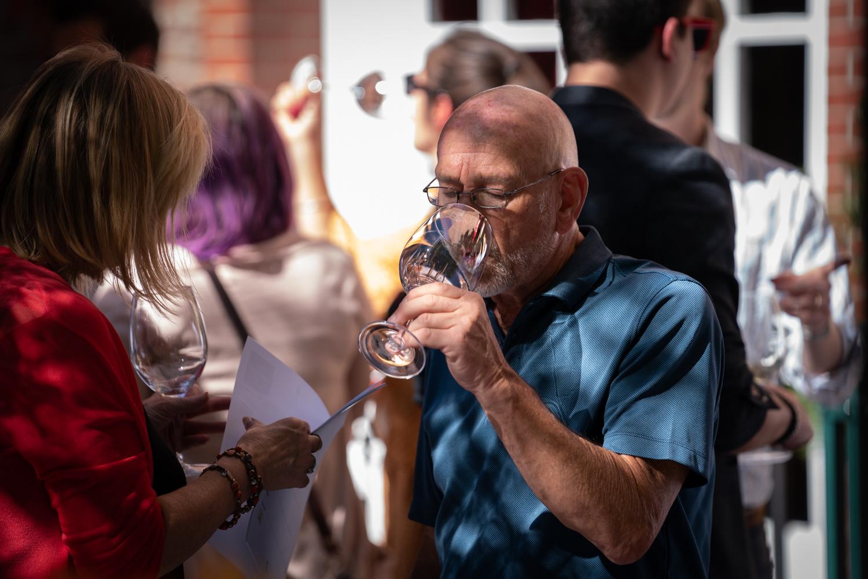 Vinmarket – bald man tasting