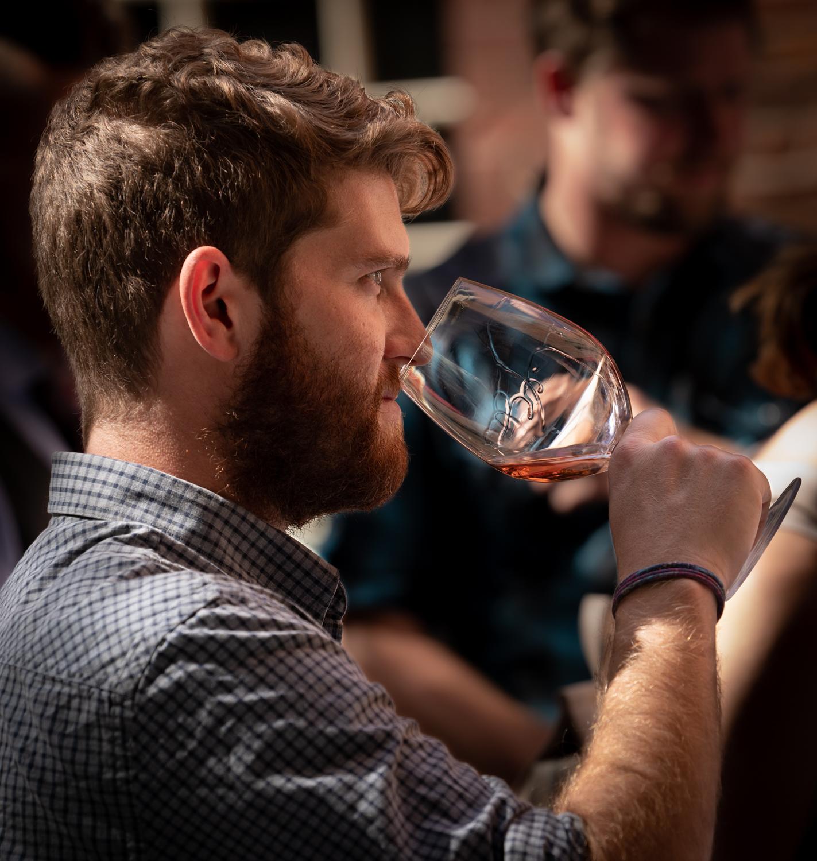 Vinmarket – man sipping wine