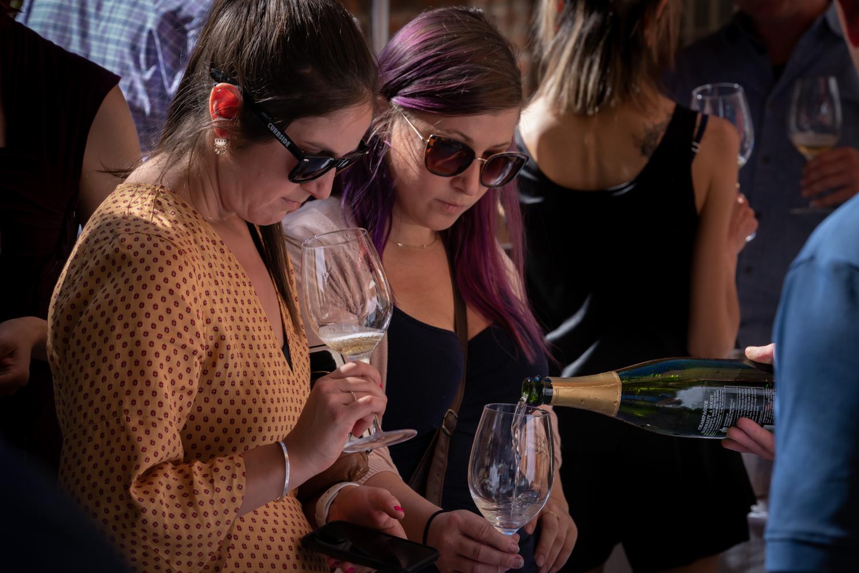 Vinmarket – pouring champage purple hair