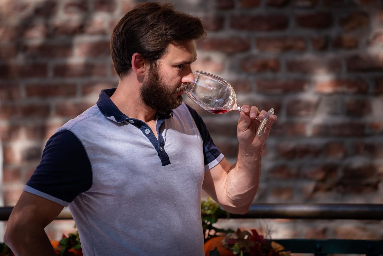 Vinmarket – serious man tasting